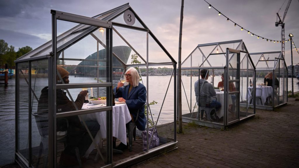 04-this-dutch-restaurant-uses-glass-booths